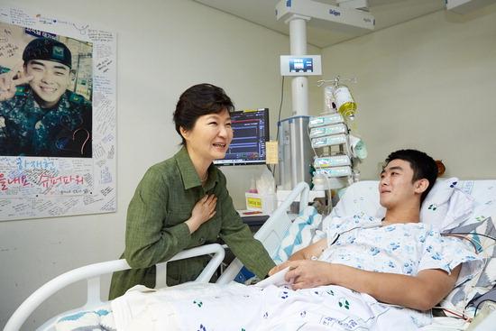 ▲ 박근혜 대통령이 6일 오후 분당서울대병원을 방문해 지난달 4일 북한 지뢰도발로 인해 부상을 당한 하재헌 하사를 격려하고 있다.  <사진=청와대 제공>