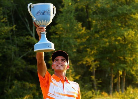 ▲ 리키 파울러(미국)가 PGA 투어 플레이오프 2차전 도이체방크 챔피언십 4라운드에서 3타를 줄여 우승컵을 들어올리고 있다. /연합뉴스<br /><br />