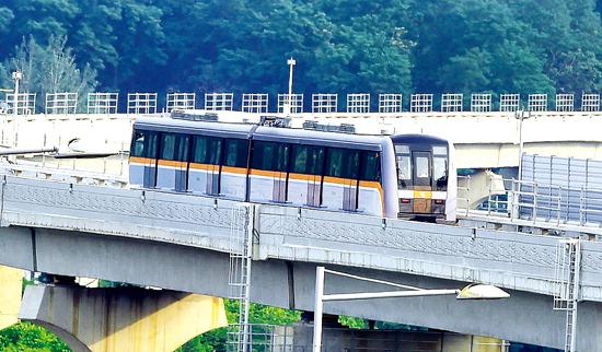 ▲ 내년 7월 개통을 앞두고 있는 인천도시철도 2호선이 인천시 서구 오류동-인천시청-인천대공원-남동구 운연동에 이르는 29.2㎞ 구간에 대한 시운전을 시작한 지난 6월 16일 2호선 열차가 인천시 서구 검암지구 인근 철교를 통과하고 있다. 최민규 기자 <br /><br /> cmg@kihoilbo.co.kr
