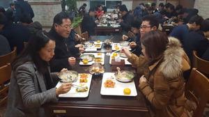 ▲ 여주시 공무원들이 11일 시청 구내식당에서 점심 으로 제공 된 백숙을 먹고 있다.  <br /><br />  <사진=여주시 제공>