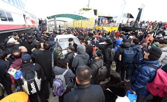 ▲ 11일 오전 7시 50분께 출항 예정이던 인천발 백령도행 여객선 하모니플라워호가 출항 전 전기배선 등의 문제로 560여 명의 승객을 태운 채 1시간가량 출항 대기하는 사고가 발생한 가운데 승객들이 대체 여객선에 승선하고 있다.  최민규 기자 cmg@kihoilbo.co.kr