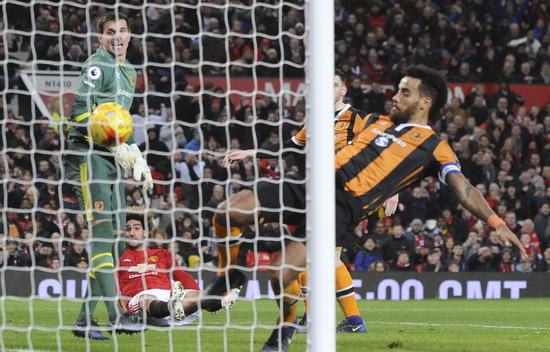 ▲ 영국 맨체스터 올드 트래퍼드에서 11일(한국시간) 열린 맨체스터 유나이티드와 헐시티의 잉글랜드 축구 리그컵(EFL) 4강 1차전, 맨유의 마루앙 펠라이니(왼쪽 두번째)가 날린 슛이 골대 안으로 들어가고 있다.  이날 맨유는 후안 마타와 펠라이니의 연속골을 앞세워 헐시티를 2대 0으로 격파,  27일 2차전 원정 경기에서 1골차로 져도 결승에 오를 수 있게 된다.  /연합뉴스