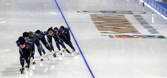 ▲ '특급' 빙질 만족감  한국 스피드스케이팅 대표 선수들이 6일 2017 국제빙상경기연맹(ISU) 종목별 세계선수권대회(9일 개회)를 앞두고  '2018 평창동계올림픽 스피드 스케이팅 경기장'인 강릉오발에서 훈련하고 있다. 이 경기장의 실내 온도는 15도에 맞춰져 있고, 습도는 35~40%로 유지되고 있으며 얼음 표면온도는 영하 10도로, 선수들은 하나같이 빙질 상태에 만족감을 나타냈다. /연합뉴스