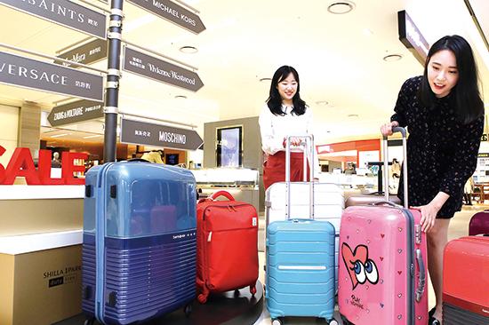 ▲ 16일 서울 용산 아이파크몰에 있는 신라아이파크면세점에서 방문객들이 여행용 가방을 살펴보고 있다. HDC신라면세점은 출국하는 전 내국인 고객에게 사은권을 증정하는 등 다양한 프로모션을 펼친다.   /연합뉴스