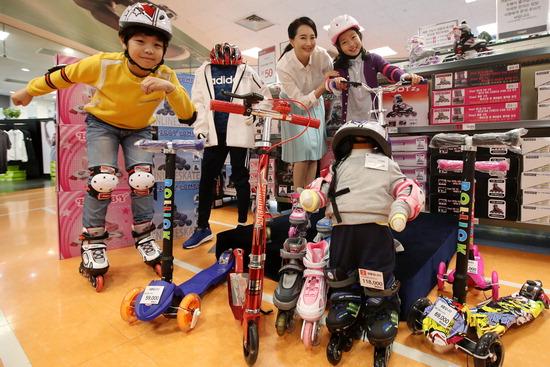 ▲ 18일 오후 서울 이마트 성수점에서 모델들이 봄을 맞이해 출시된 다양한 어린이용 라이딩 용품을 선보이고 있다.  <br /><br />  /연합뉴스