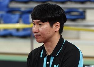 ▲ 코리아오픈 국제탁구대회에서 정상은을 지도하고 있는 채윤석 코치. 이진우 기자