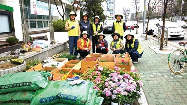 ▲ 인천 지역 동주민센터 화단 가꾸기에 나선 예비 마스터가드너들의 모습. <사진=㈔한국마스터가드너협회 인천지회 제공>