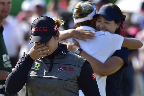 ▲ LPGA 투어 매뉴라이프 클래식에서 우승한 뒤 눈물을 흘리는 쭈타누깐 뒤로 준우승을 차지한 전인지가 렉시 톰프슨과 포옹하고 있다. /연합뉴스