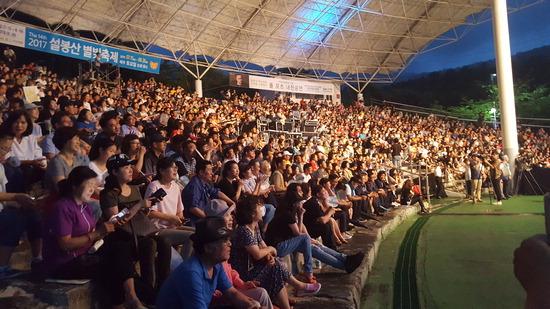 ▲ 설봉산 별빛축제를 찾은 이천시민들이 음악공연을 즐기고 있다.