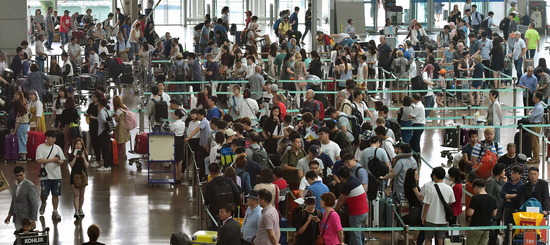 ▲ 본격적인 휴가철을 맞아 16일 인천국제공항 출국장에 해외여행을 떠나는 여행객들이 붐비고 있다.이진우 기자 ljw@kihoilbo.co.kr