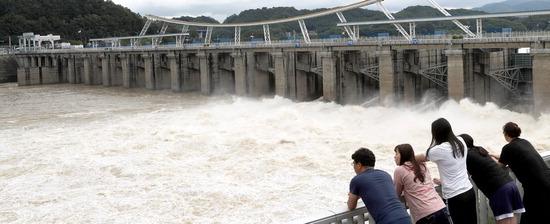 ▲ 16일 하남시 팔당댐에서 열린 수문으로 물이 거세게 방류되고 있다. 지난밤 한강유역을 중심으로 많은 비가 내리면서 서울과 경기 일부 지역에는 홍수주의보가, 강원도 원주와 횡성 등에는 호우주의보가 내려졌다. 팔당댐은 현재 수문 5개를 10m 높이로 열고 초당 2천765t의 물을 방류하고 있다.  하남=홍승남 기자 nam1432@kihoilbo.co.kr