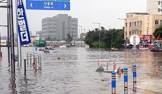▲ 인천시 중구 수인사거리 도로가 침수돼 소형 차량이 더 이상 나가지 못하고 도로 한가운데 멈춰 서 있다. 김희연 기자 khy@kihoilbo.co.kr
