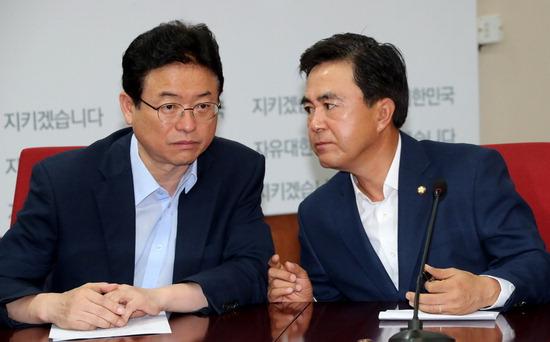 ▲ 자유한국당 이철우(왼쪽)·김태흠 최고위원이 10일 여의도 당사에서 열린 최고위원회의에서 대화하고 있다.