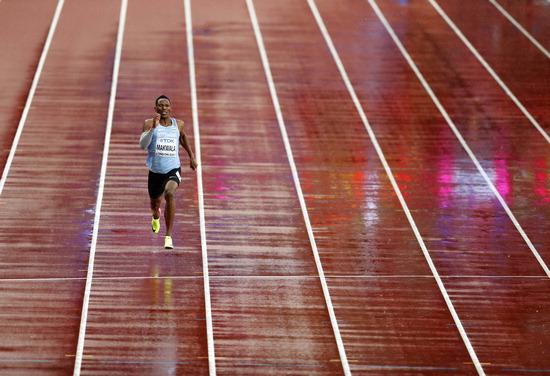 ▲ 아이작 마칼라(보츠와나)가 10일(한국시간) 영국 런던 올림픽 스타디움에서 열린 '2017 런던 세계육상선수권대회' 남자 200m 예선 경기를 홀로 펼치고 있다. 식중독 증상으로 예선을 못 뛴 마칼라는 '전염성이 없는 위염' 진단이 나왔고, 국제육상경기연맹(IAAF)이혼자서 200m에 나설 기회를 부여해  기준 기록을 통과했다. 마칼라는 준결승 1조에서 20초12로 2위를 차지해 무난하게 결승에 진출했다. /연합뉴스