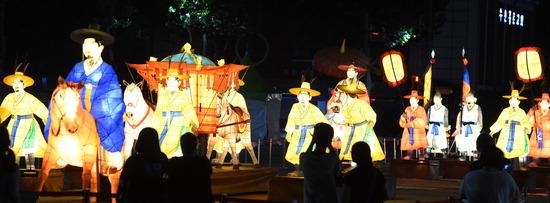 ▲ 지난 9일 오후 수원시 화성행궁 광장에서 열린 &lsquo;수원야행&rsquo; 미디어데이에서  시민들이 시연중인 정조대왕 능행차 등불을 관람하고 있다. 유네스코 세계문화유산 수원화성(水原華城) 일대에서 열리는 역사문화 체험프로그램 &lsquo;수원야행(夜行)은 오늘부터 13일까지 진행된다. 홍승남 기자 <br /><br />&#10;nam1432@kihoilbo.co.kr
