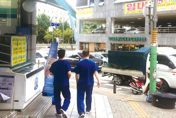 ▲ 인천 지역 일부 의료기관 종사자들이 진료복을 착용한 채 외출해 감염병 노출 등이 우려되고 있다. <사진은 특정 기사와 관련 없음> <br /><br />  우제성 인턴기자 wjs@kihoilbo.co.kr