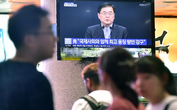 ▲ 북한이 대륙간탄도미사일(ICBM) 장착용 수소탄 시험에 성공했다고 발표한 3일 파주시 오두산 통일전망대에서 북한 황해북도 개풍군 주민이 모여 있는 모습이 흐릿하게 보이고 있다(위쪽). 이날 인천종합터미널 대합실에서 시민들이 북한의 제6차 핵실험에 대한 청와대의 입장 발표를 시청하고 있다.  이진우 기자 ljw@kihoilbo.co.kr