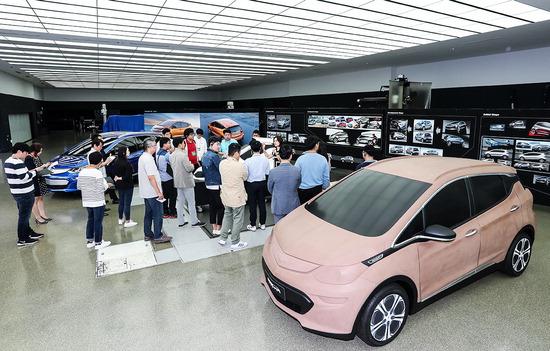▲ 6일 한국지엠 부평 본사에 열린 디자인센터 소개 행사에서 황보영 인테리어 부장이 볼트 EV의 탄생 과정을 설명하고 있다.  <사진=한국지엠 제공>