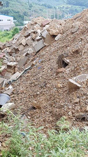 ▲ 화성시 비봉면 황모 씨 농지에 건설폐기물이 무단으로 적재, 방치돼 있다.