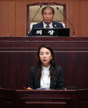 ▲ 김혜진 의원이 5분 자유발언을 통해 시 집행부의 군공항이전 대응 방향에 대해 질타하고 있다.