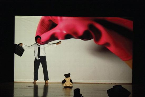 ▲ 이천아트홀에서 오는 16일 관객참여형 놀이극 &lsquo;거인의 책상&rsquo;이 공연된다. <사진=이천아트홀 제공>