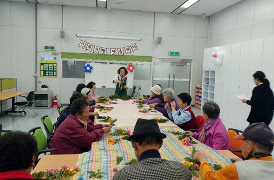 ▲ 부천시 &lsquo;가족사랑 이음센터&rsquo; 참여 노인들이 인지재활 프로그램에 집중하고 있다.  <부천시 제공>