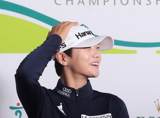 ▲ LPGA 투어 KEB하나은행 챔피언십 1라운드를 마친 뒤 인터뷰를 하고 하는 박성현. <대회 본부 제공>