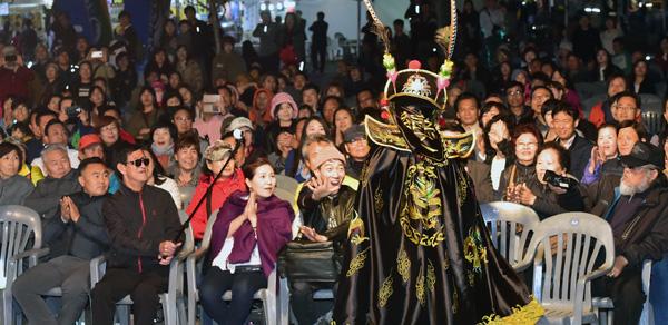 ▲ 지난 28일 인천시 중구 월미 문화의 거리에서 열린 '제16회 인천-중국의 날 문화행사'에서 시민들이 공연을 관람하며 즐거운 시간을 보내고 있다.  이진우 기자 ljw@kihoilbo.co.kr