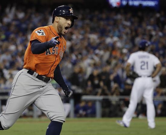 ▲ 휴스턴의 스프링어가 메이저리그 월드시리즈 마지막 7차전에서 투런 홈런을 때린 후 환호하며 베이스를 돌고 있다. 스프링어는 월드시리즈 4경기 연속 5번째 홈런으로 MVP에 선정됐다. /연합뉴스<br /><br />
