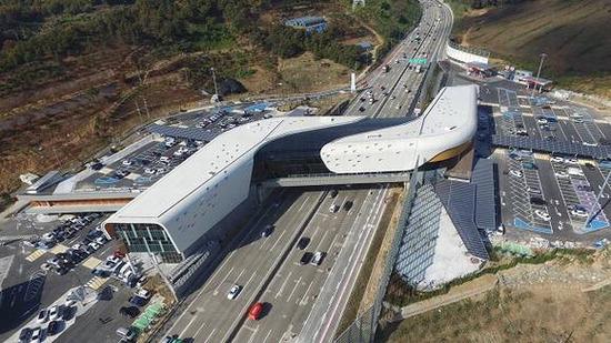 ▲ 도로공사가 12일 시흥하늘휴게소를 서울외곽순환선 조남분기점과 도리분기점 사이에 개장했다. 입지 제약이 많은 도심형 모델로 의미가 크다.<시흥시 제공>