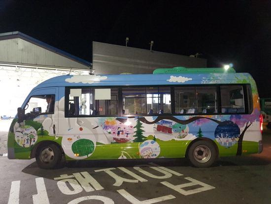 ▲ 양주시는 공영버스를 달리는 문화예술공간으로 활용해 관광객들의 호응을 얻고 있다.<br /><br />