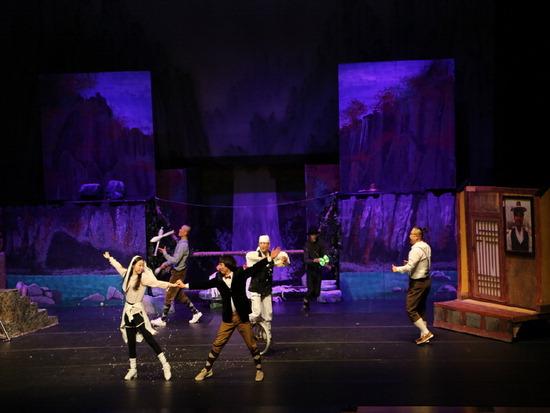 ▲ 연천 재인폭포의 설화를 소재로 만든 퍼포먼스 공연 &lsquo;재인스토리&rsquo;의 공연 장면. <연천군 제공>