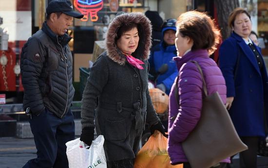 ▲ 강한 바람이 불며 기온이 내려가는 4일 오후 수원역 인근에서 시민들이 추위에 발걸음을 재촉하고 있다.  홍승남 기자 nam1432@kihoilbo.co.kr<br /><br />