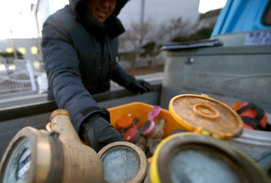 ▲ 매서운 추위가 기승을 부리고 있는 가운데 5일 수원시 상수도사업소에서 직원이 동파된 수도계량기를 살펴보고 있다.홍승남 기자 nam1432@kihoilbo.co.kr
