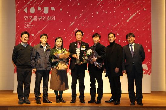 ▲ 김윤주(가운데) 군포시장이 지난 5일 '올해의 출판인' 특별상을 받고 기념촬영을 하고 있다.
