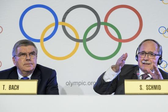▲ 토마스 바흐(왼쪽) IOC 위원장과 사무엘 슈미트 IOC 조사위원장이 6일(한국시간) 러시아의 평창 동계올림픽 출전 금지를 발표하고 있다. 즉각 발반한 러시아는 12일 보이콧 여부 등 최종 입장을 내놓는다. /연합뉴스<br /><br />