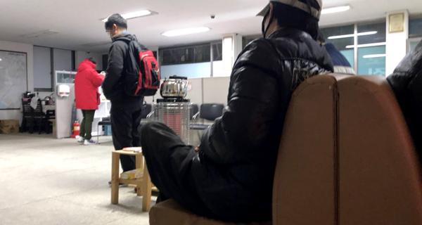 ▲ 인천시 남구 용현5동의 한 인력사무소에 새벽부터 찾은 사람들이 난로 곁에서 일자리를 기다리며 불을 쬐고 있다.  김태형 인턴기자 kth@kihoilbo.co.kr<br /><br />