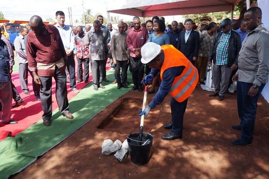 ▲ 포스코건설이 지난 9일 모잠비크 도로 건설사업 착공을 시작으로 아프리카 첫 진출을 알렸다. 사진은 도로 건설 현장의 착공식 모습. <포스코건설 제공>