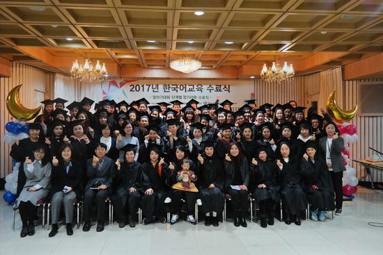 ▲ 군포시는 지난 11일 여성회관 대회의실에서 '결혼이민자 한국어 교육 수료식'을 가졌다. 수료한 결혼이민자들은 타국에서 한국으로 시집 온 여성들로 군포지역에 가정을 꾸린 결혼이민여성 80여 명이다.  군포=박완규 기자 wkp@kihoilbo.co.kr