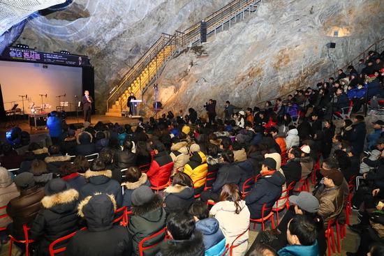 ▲ 지난달 16일 광명동굴에서 열린 송년 콘서트에 참석한 시민들이 공연을 즐기고 있다. <광명시 제공>