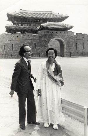 ▲ 1978년 수원 장안문 앞에서 남편 이원수와 함께 한 최순애.  <수원시 제공>