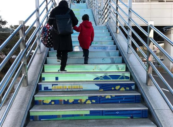 ▲ 의정부 시민들이 경전철 시청역 2번 출입구에 설치된 &lsquo;피아노기부계단&rsquo;을 올라가고 있다.<의정부예술의전당 제공>
