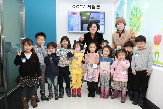 ▲ 과천시 CCTV통합관제센터를 방문한 신계용 시장이 견학 프로그램에 참가한 어린이들과 기념촬영을 하고 있다. <과천시 제공>