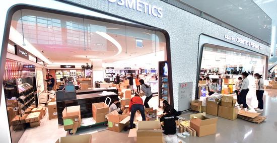 ▲ 인천국제공항 제2여객터미널 개장을 일주일 앞둔 11일 출국장 면세점에서 직원들이 개점준비를 하며 바쁘게 움직이고 있다.  이진우 기자 ljw@kihoilbo.co.kr