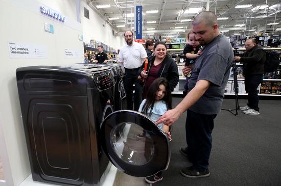 ▲ 4일(한국시간) 미국 네바다주 라스베이거스의 가전제품 매장인 베스트바이에서 현지인들이 삼성전자의 세탁기를 살펴보고 있다. 삼성전자는 북미 생활가전 시장에서 지난해 3분기 19.3%로 점유율로 6분기 연속 1위를 달성했다고 이날 밝혔다. 또 냉장고 점유율은 22.1%로 3년 연속 1위를 차지했다고 삼성전자측은 설명했다.  /연합뉴스