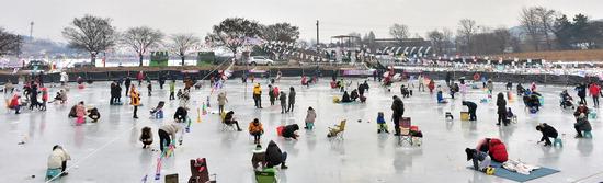 ▲ 한파가 다소 누그러지며 예년 기온을 회복한 14일 인천시 강화군 길상면 장흥리의 한 낚시터에서 가족단위의 시민들이 빙어낚시를 하며 즐거운 휴일을 보내고 있다.이진우 기자 ljw@kihoilbo.co.kr