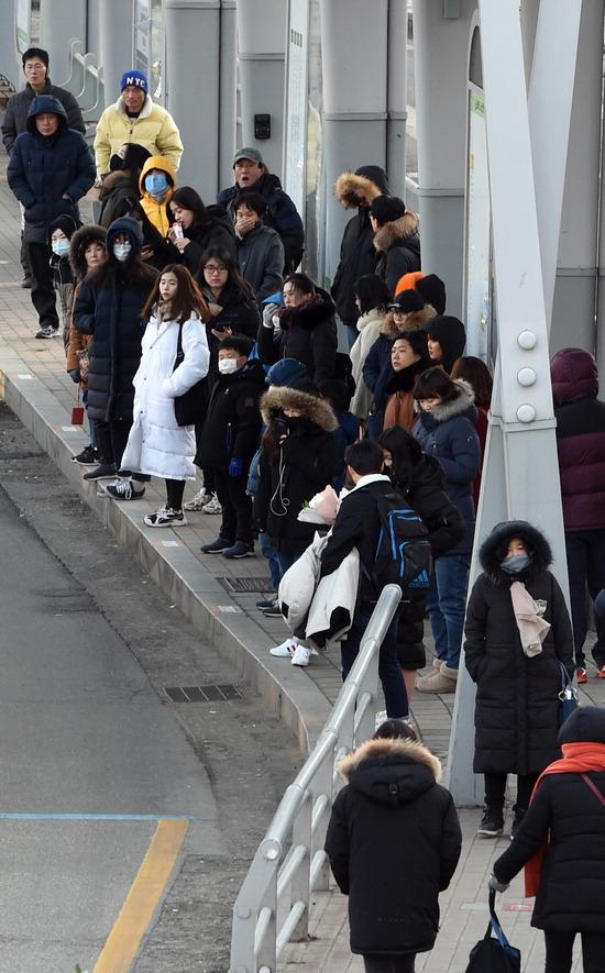 ▲ 겨울 최강 한파가 찾아온 23일 오후 수원역 횡단보도에서 시민들이 발걸음을 옮기고 있다.  홍승남 기자 nam1432@kihoilbo.co.kr