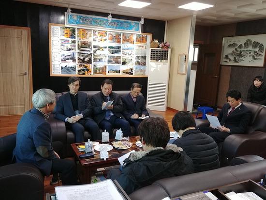 ▲ 김종천 포천시장이 박용수 성한기계(주) 를 방문해 기업애로 사항에 대한 의견을 나누고 있다.<br /><br />