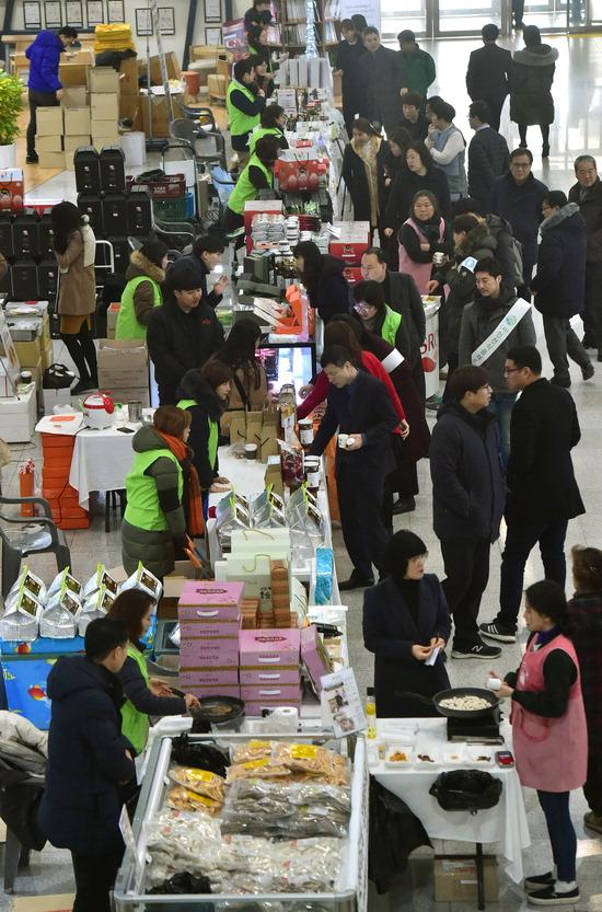 ▲ 8일 인천시청 중앙홀에서 내수시장 활성화와 설 명절 소비 촉진을 위한 '지역 우수식품 특별판매전'이 열려 시민들이 판매부스를 돌아보며 상품을 구입하고 있다. 이진우 기자 ljw@kihoilbo.co.kr