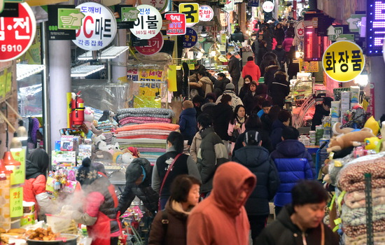 ▲ 설 명절을 나흘 앞둔 11일 인천시 남구 신기시장이 제수용품을 구입하려는 시민들로 북적이고 있다. 이진우 기자 ljw@kihoilbo.co.kr